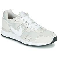 kengät Naiset Matalavartiset tennarit Nike VENTURE RUNNER Beige / White