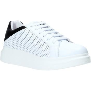 kengät Miehet Matalavartiset tennarit Rocco Barocco N5.3 Valkoinen