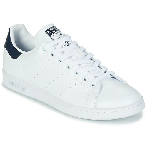 kengät Matalavartiset tennarit adidas Originals STAN SMITH SUSTAINABLE Valkoinen / Laivastonsininen