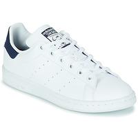 kengät Lapset Matalavartiset tennarit adidas Originals STAN SMITH J SUSTAINABLE Valkoinen / Laivastonsininen / Vegan