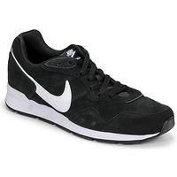 kengät Miehet Matalavartiset tennarit Nike VENTURE RUNNER SUEDE Musta / Valkoinen